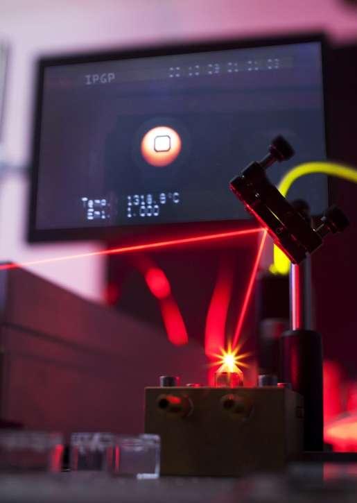 Planètes miniatures en fusion : reconstitution à l'aide d'un four chauffé au laser à près de 2.000 °C à l'IPGP. © IPGP-Université de Paris