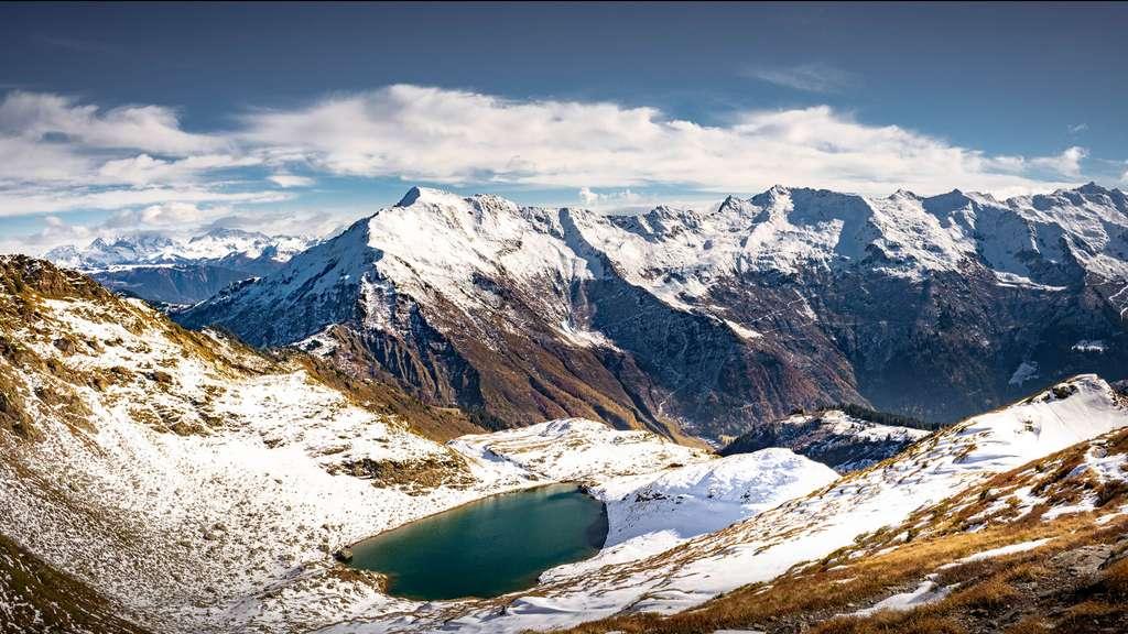 Le lac Noir et le massif de la Lauzière, en Savoie