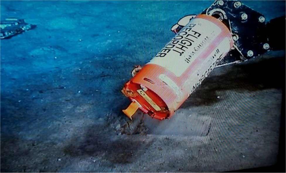 L'enregistreur des paramètres de vol (Flight Data Recorder) de l'Airbus A330-203 F-GZCP retrouvé parmi les débris de l'avion entre 3.800 et 4.000 mètres de profondeur. La catastrophe a fait 228 victimes. © BEA