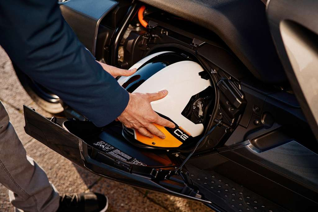 Le tiroir coffre latéral pour ranger un casque dans le BMW CE 04. © BMW
