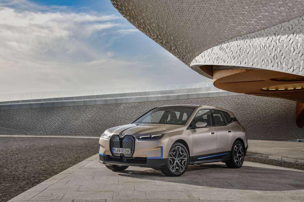 Les lignes du BMW iX sont fluides. © BMW