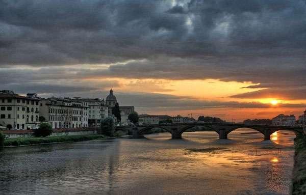 L'Arno est un fleuve traversant le centre de la ville de Florence. On le retrouve aussi à la hauteur de Pise. © Bartek okonek, CC by-sa 3.0