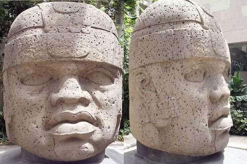 Colossale tête olmèque au musée du Xalapa. Date de 1200 à 900 av. J.-C. Taille : 2,9 m de haut et 2,1 m de large. © Vivero, CC by sa 3.0