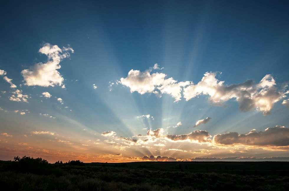 Un exemple de rayons crépusculaires à travers les nuages. © Z. Levy