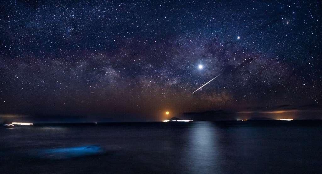 La Lune et des planètes devant la Voie lactée et une étoile filante. © 幸一 矢頭, Adobe Stock