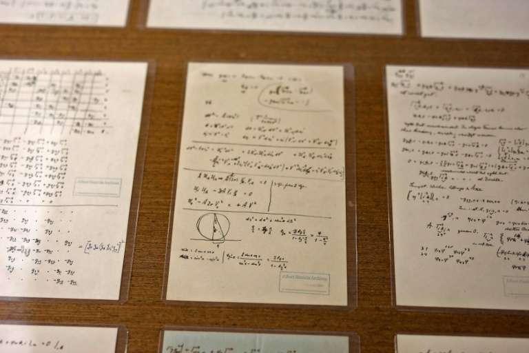 Des pages manuscrites du physicien Albert Einstein sont exposées à l'université hébraïque de Jérusalem, le 6 mars 2019. © Menahem Kahana, AFP