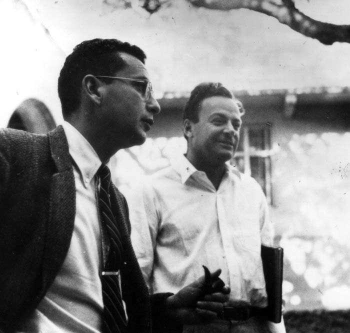 De gauche à droite, vers 1959, Murray Gell-Mann et Richard Feynman. Les deux futurs prix Nobel de physique étaient en désaccord sur la façon de concevoir la structure du proton dans les années 1960. © California Institute of Technology, archives photo