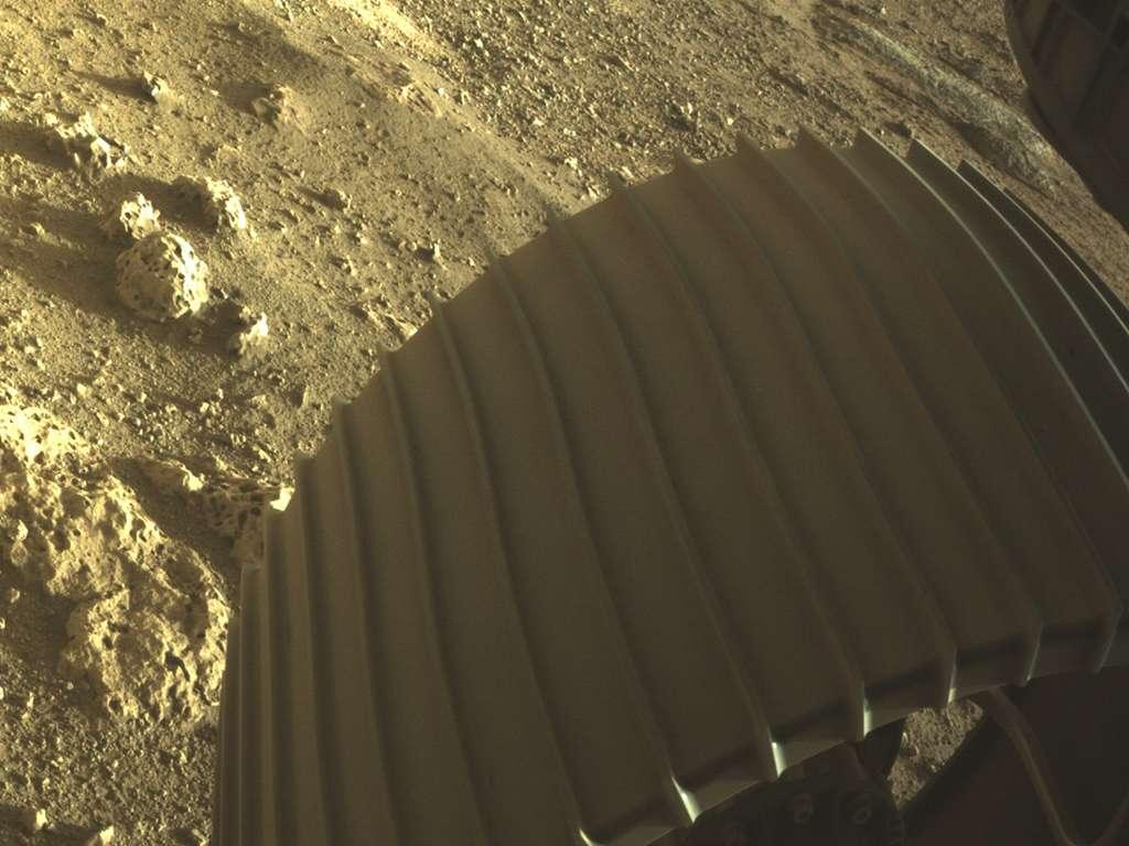 Cette image à haute résolution montre l'une des six roues du rover Perseverance. L'image a été prise par l'une des caméras couleur de Perseverance (Hazcams). © Nasa/JPL-Caltech