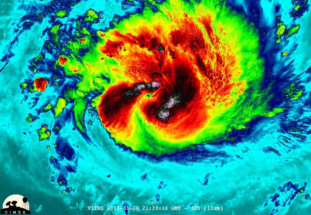 Le satellite Suomi NPP a capturé cette image (en fausses couleurs) du cyclone Felleng de nuit le 28 janvier 2013. Felleng était au nord-ouest de Madagascar. L'image a révélé certains sommets protubérants assez froids, avec un minimum de -103 °C (les points blanc-rose sur l'image). Ils montrent que le mouvement ascendant dans le nuage est très puissant. © William Straka, UWM, Nasa, NOAA