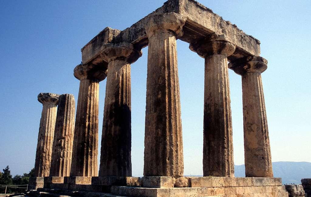 Le temple d'Apollon, à Corinthe. Le bâtiment comptait à l'origine une cinquantaine de colonnes. © Olecorre, Wikimedia Commons, GNU 1.2
