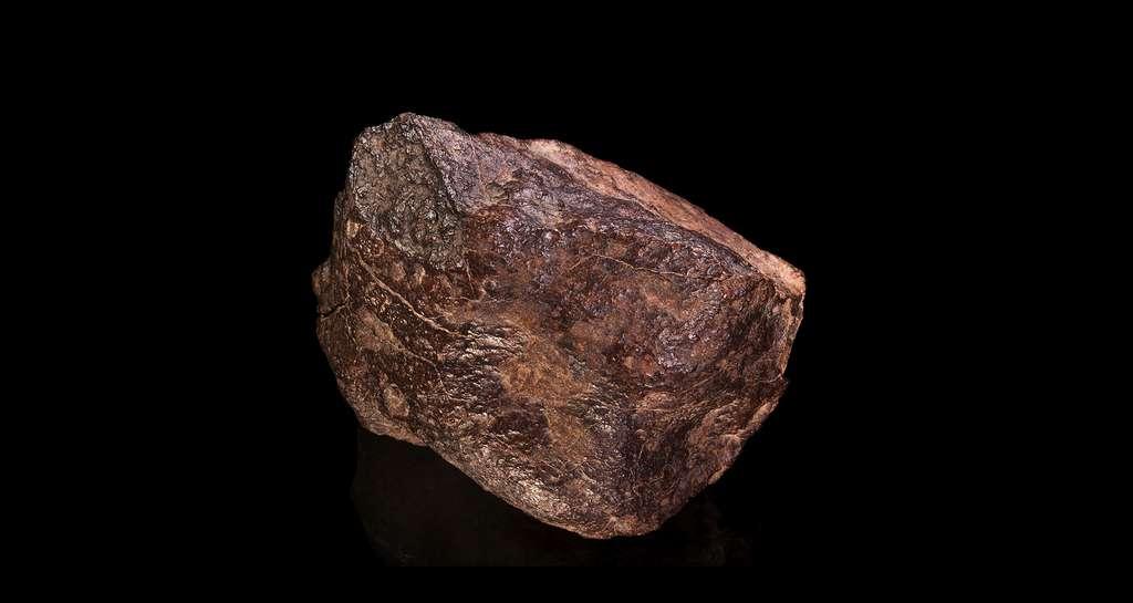 Météorite. Chondrite de type H5. Croûte de fusion visible. Dar Bou Nalia Sud Maroc. Taille 11,3 x 8,6 x 8,5 cm, 1.140 grammes. © Didier Descouens, Wikimedia commons, CC 4.0