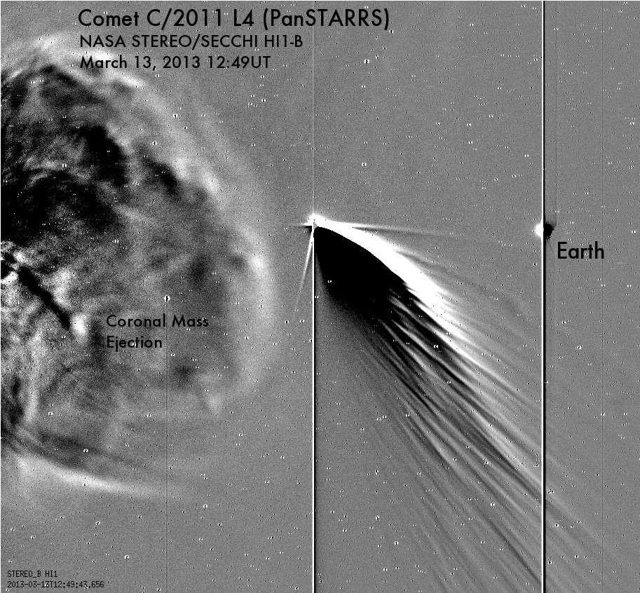 Cette image a été prise le 13 mars par la sonde Stereo B. La comète Panstarrs est au centre, le Soleil (en train d'éjecter de la matière coronale) à gauche et la Terre à droite. Les deux bandes noires verticales sont provoquées par la forte luminosité de la Terre et de la comète qui sature le capteur de la caméra. © Nasa, Stereo