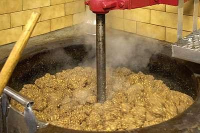 Cette pâte est chauffée lentement, tout en étant brassée, pour l'empêcher d'adhérer au fond et la maintenir à la température désirée. © Toute reproduction et utilisation interdites