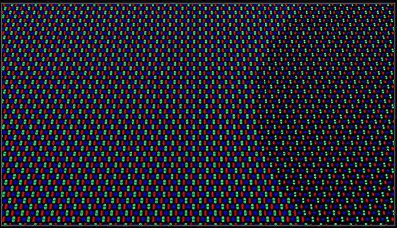 Les pixels de l'écran sont plus petits à droite pour laisser passer plus de lumière au niveau du capteur photo. © Oppo