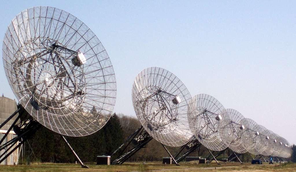 À l'aide du Westerbork Synthesis Radio Telescope (WSRT), les astronomes de l'Institut néerlandais de radioastronomie (Pays-Bas) espéraient localiser FRB 180814.J0422+73 (R2), mais celui-ci semble avoir mystérieusement disparu. © Onderwijsgek, Wikipedia, CC by-sa 2.5 nl