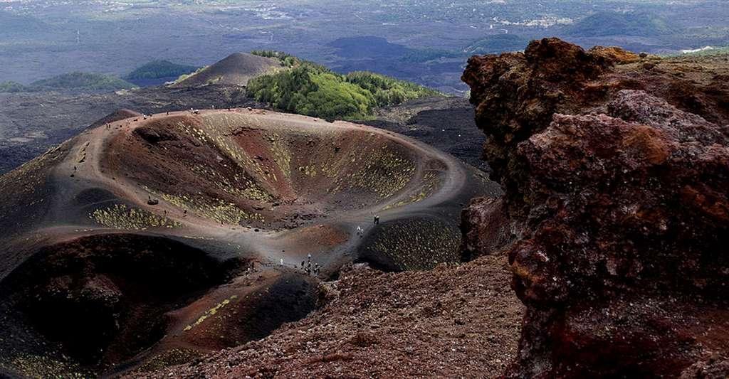 Quels sont les risques volcaniques ? Ici, l'Etna et le cratère Silvestri. © PJT56, CC by-nc 3.0