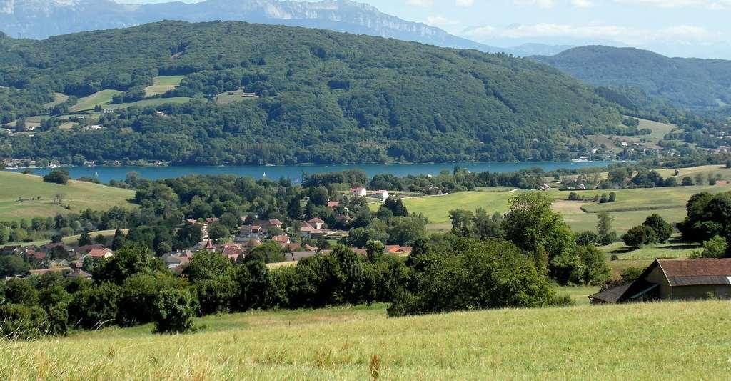Le lac de Paladru depuis les collines de la sapinière. © CORLIN, Wikimedia commons, CC by-sa 3.0