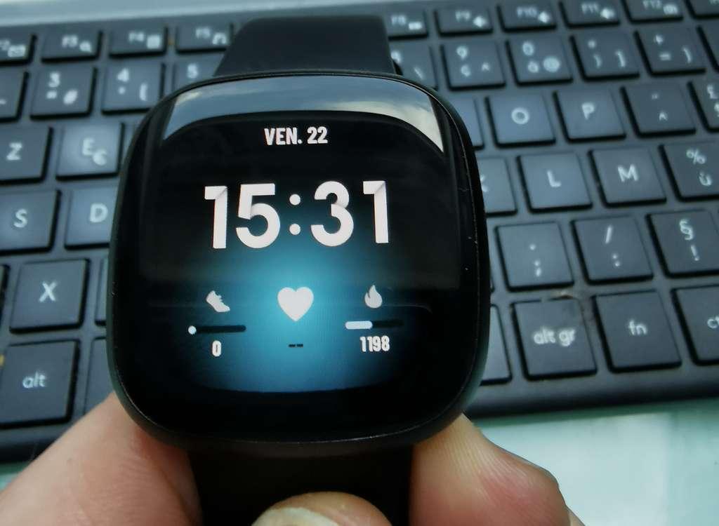 Des allures d'Apple Watch pour cette Versa 3 qui convient autant aux poignets féminins que masculins. © Futura