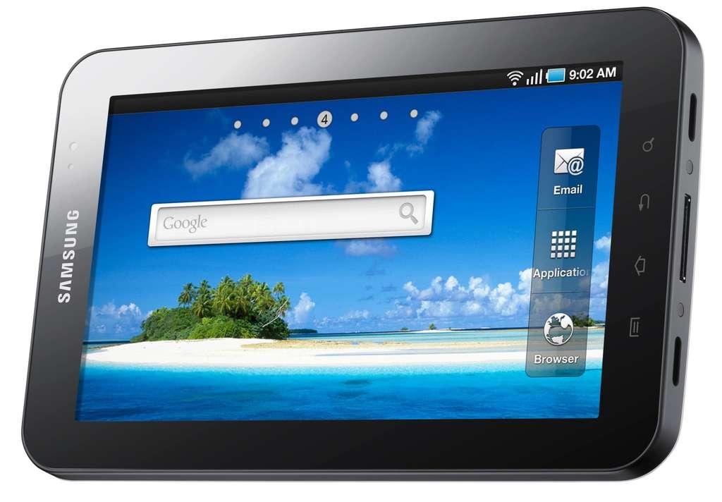 L'écran de 7 pouces affiche une définition de 1.024 x 600 pixels. On remarque les connecteurs nombreux sur le flanc droit. © Samsung