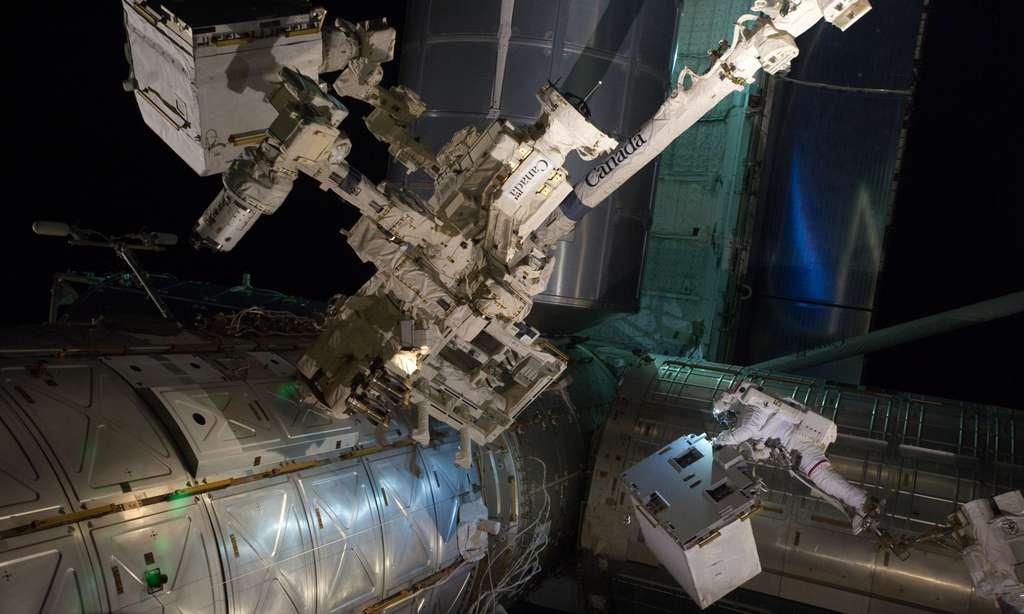 Pour remplacer les navettes dans un contexte de crise économique, le Comité sénatorial chargé des questions de la Nasa veut privilégier le secteur public au détriment d'un secteur privé en plein essor. À l'image, l'astronaute américain Mike Fossum en sortie dans l'espace (en arrière-plan la soute d'Atlantis lors de l'actuelle mission STS-135). © Nasa
