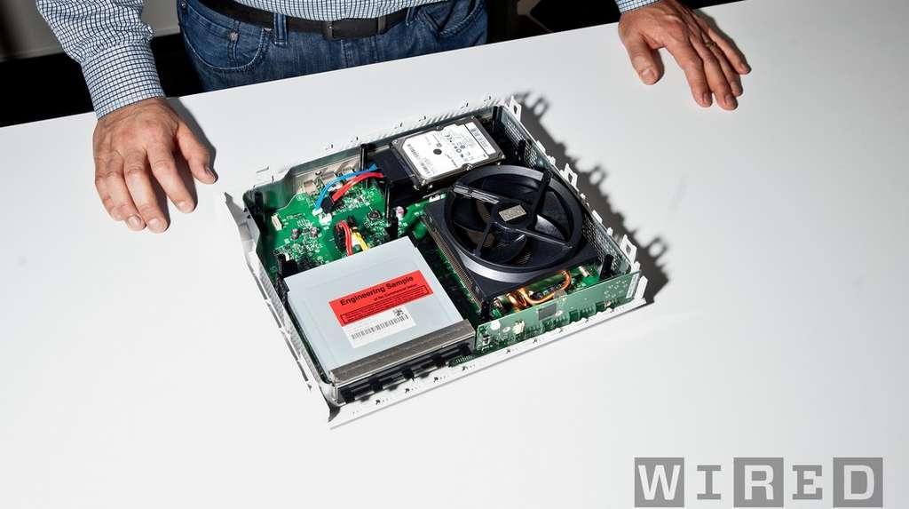 Cette photo d'un prototype de Xbox One publiée par le site Wired montre les entrailles de la console. On distingue l'énorme ventilateur de refroidissement du processeur central, presque aussi grand que le lecteur Blu-ray. © Wired, Digital Foundry, DR