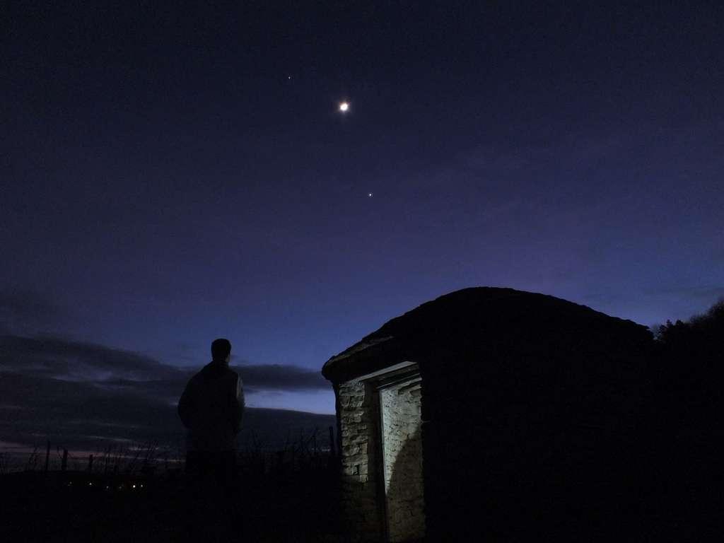 Le 26 février la Lune est un peu plus proche de Jupiter que de Vénus au-dessus des vignes bourguignonnes. © J.-B. Feldmann