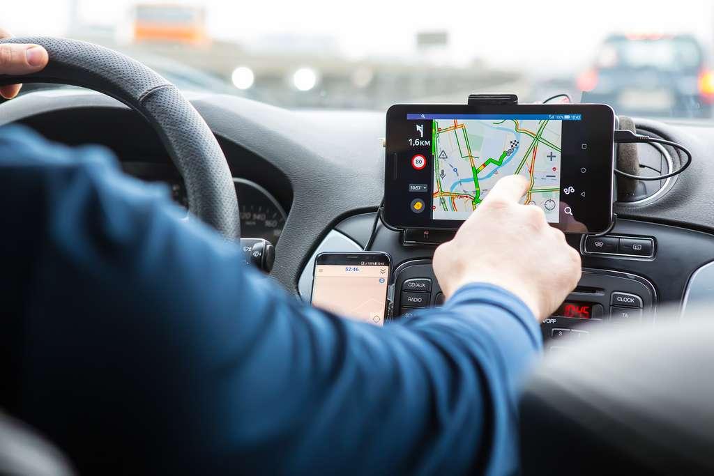 Comme avec l'utilisation du GPS, le consommateur s'émancipe tout en se rendant dépendant de ces applications. © Yuri Bizgaimer, Adobe Stock
