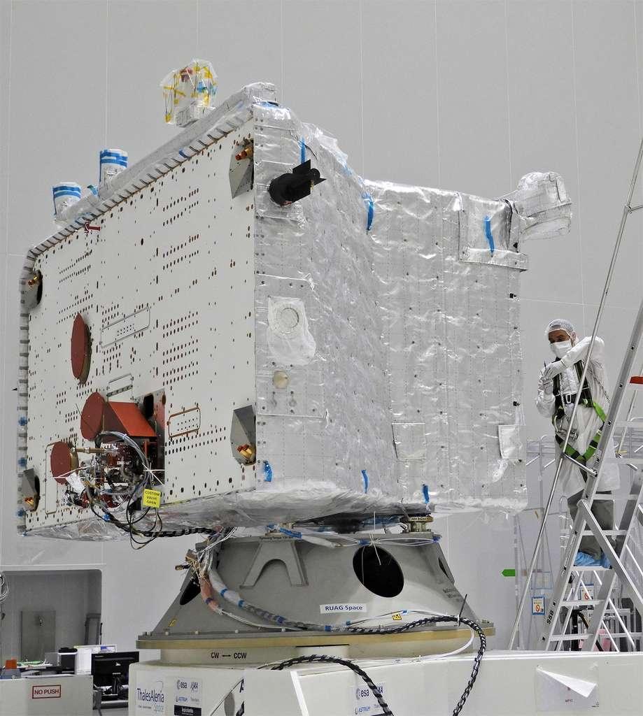 L'orbiteur européen MPO recouvert d'une partie de son isolation multicouche qui le protégera de l'environnement très chaud autour de Mercure. © ESA, B. Guillaume