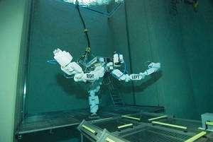 Essai d'Eurobot dans la piscine du Centre des astronautes européens de Cologne en Allemagne (2007). Des plongeurs ont simulé une sortie extravéhiculaire. Le robot était chargé d'accompagner et d'assister le plongeur en assurant la manipulation d'une boîte à outils. © Esa / H. Rub