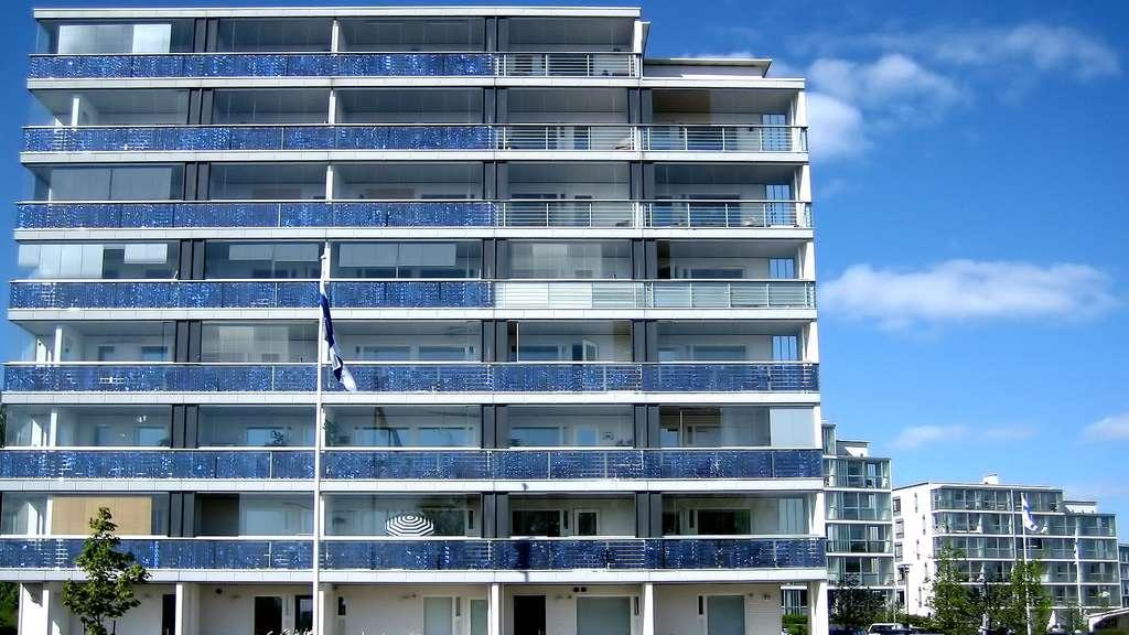 Panneaux solaires accrochés aux balcons, à Helsinki