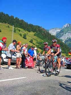 Jan Ullrich et Ivan Basso lors du Tour de France 2004. Les deux hommes figurent parmi les 58 cyclistes mis en causes dans une affaire de dopage quelques semaines avant le départ du Tour de France 2006 © Flickr /D. Gershon