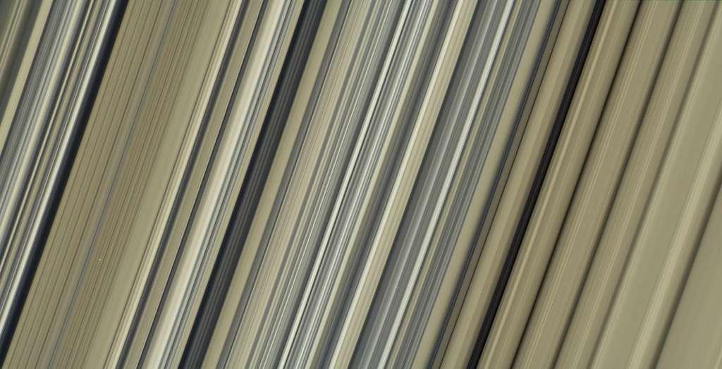 Gros plan sur les anneaux de Saturne