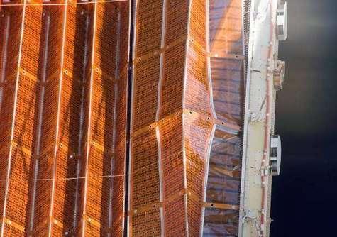 Gros plan sur le détail qui fâche: plusieurs éléments du panneau solaire apparaissent mal repliés, ce qui obligera la NASA à programmer une sortie supplémentaire. Crédit NASA.