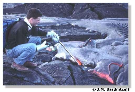 Jacques-Marie Bardintzeff mesure la température de la lave au Kilauea à Hawaï en avril 2001. © J.-M. Bardintzeff