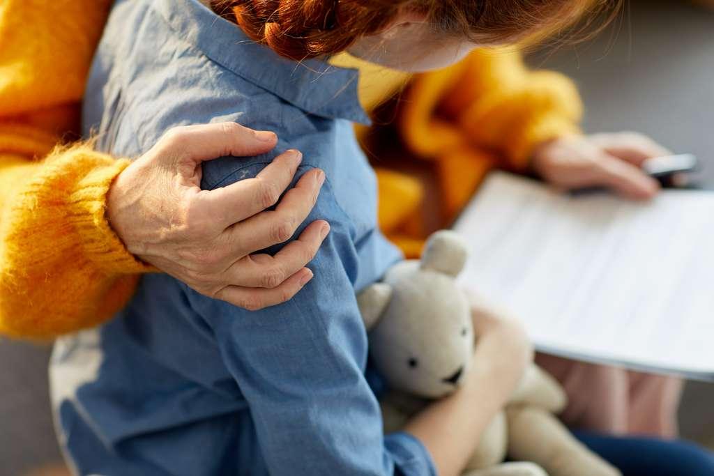 Un environnement riche et stimulant au moment de la puberté pourrait contre-balancer chez l'adulte les effets négatifs d'une privation de soins maternels pendant l'enfance. © Seventyfour, Adobe Stock