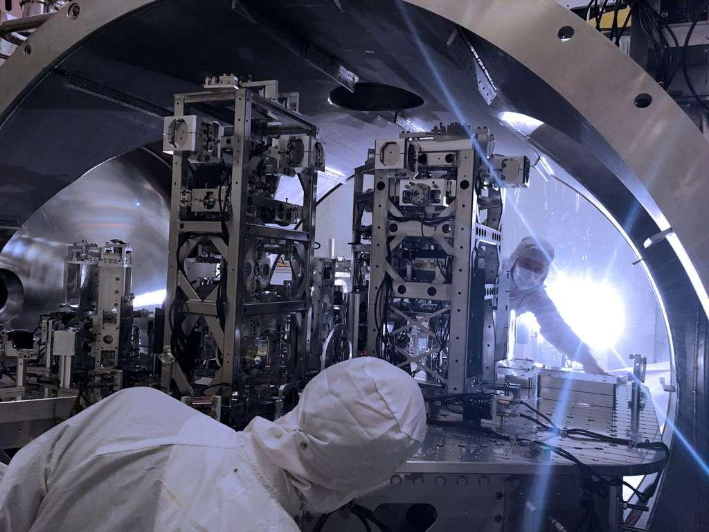 Les ingénieurs Hugh Radkins (au premier plan) et Betsy Weaver (à l'arrière-plan) sont photographiés, ici, dans le détecteur de l'observatoire Ligo Hanford, débutant les mises à niveau nécessaires à la troisième campagne d'observation d'Advanced Ligo. © Ligo, Caltech, MIT, Jeff Kissel