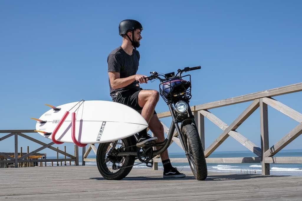 Le Yuvy peut même emporter un surf avec le support vendu en option. © Elwing