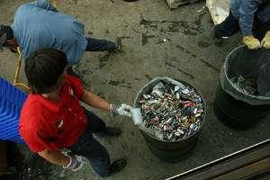 (Cliquer pour agrandir.) Les piles usagées, des déchets embarassants. (cc) Jenny P.