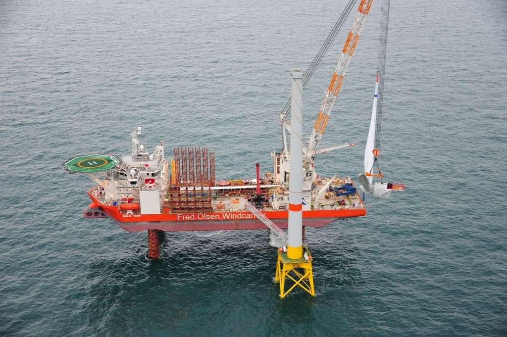L'Haliade 150-6MW a été assemblée dans le parc éolien Belwind par un navire spécialement conçu pour remplir ce type de missions : le Bold Tern. Il mesure 132 m de long et peut opérer tant que la profondeur ne dépasse pas 45 m. © Alstom