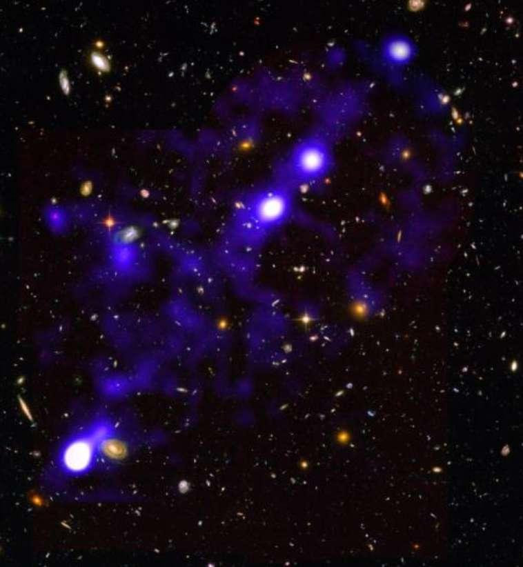Un des filaments d'hydrogène (en bleu) découverts par Muse dans la constellation du Fourneau, à 11,5 milliards d'années-lumière de notre Terre. Il s'étend sur plus de 15 millions d'années-lumière, soit quelque 150 fois le diamètre de la Voie lactée. En arrière-plan, le champ ultra-profond de Hubble. © Roland Bacon, David Mary, ESO, Nasa