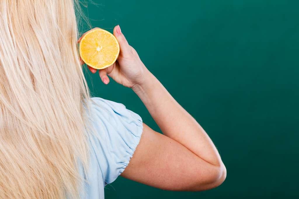 Le citron éclaircit les cheveux, mais les dessèche et les rend sensibles au soleil. © anetlanda, Adobe Stock