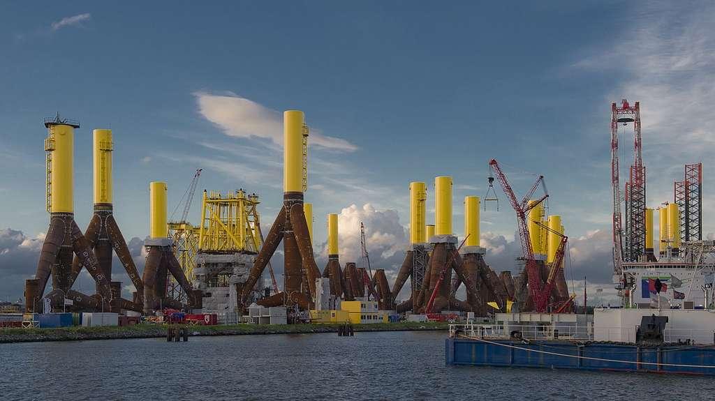 Des trépieds dans le port de Bremerhaven, en Allemagne, en attente d'être transportés et déployés en mer du Nord pour l'un des premiers parcs éoliens offshore allemands. Si on le voulait, aucun problème pour y accrocher des bassins d'élevage de poissons ! © Hannes Grobe, Wikimedia commons, CC 4.0