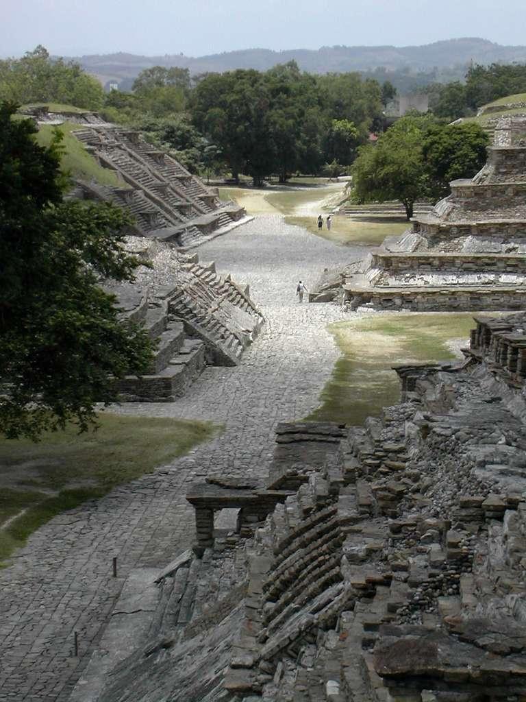 Un morceau du site d'El Tajín, vu depuis le sommet d'une pyramide. Environ 10 % des bâtiments seulement auraient été dégagés à ce jour. © Jacobolus, Wikimedia Commons, cc by sa 2.0