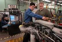 Gregory M. Shaver (à gauche) et David Snyder à l'université de Purdu, devant un moteur diesel, en attendant la réalisation d'un modèle futuriste VVA-HCCI. Crédit : Purdue University.