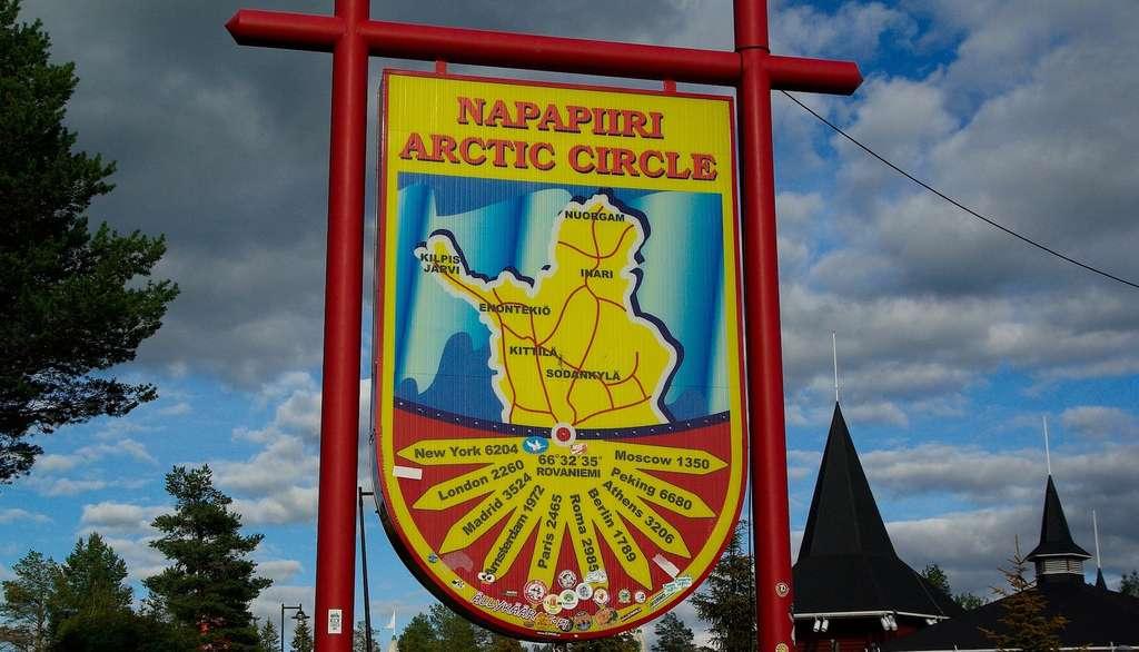 À quelques kilomètres de Rovaniemi, une ville du nord de la Finlande, se trouve Napapiiri, un lieu dit traversé par le cercle polaire arctique dans lequel, dit-on, le père Noël a élu domicile. © jackmac34, Pixabay, CC0 Creative Commons