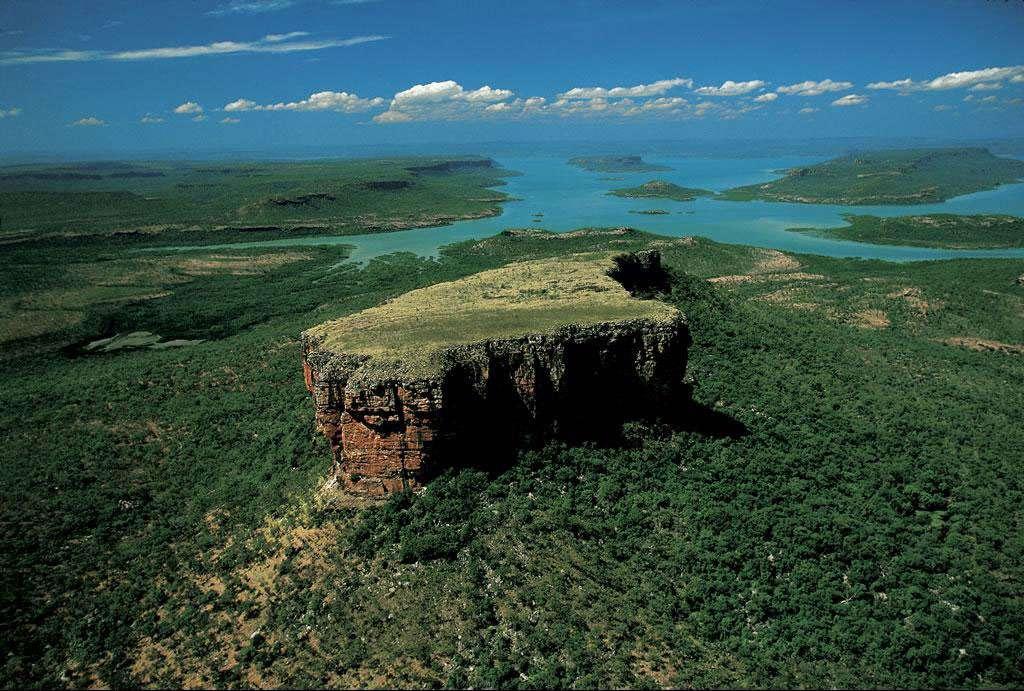 Mont Trafalgar dans la réserve Prince Regent, West Kimberley, Australie (15°16' S - 125°04' E). Entre la mer de Timor et le désert de Gibson, le plateau sauvage du Kimberley est l'une des zones les moins peuplées du globe. C'est par excellence l'outback, cet arrière-pays inaccessible de l'Australie-Occidentale qui, malgré son immense superficie – près d'un tiers de celle du pays, soit cinq fois la France –, héberge seulement 1,8 million d'habitants. Le bassin de la rivière de Prince Regent y a été classé Réserve de la biosphère par l'Unesco pour sa nature remarquablement intacte : en 2002, aucune route ne traversait encore la région. Autour de la réserve s'étendent les territoires des Aborigènes, les premiers Australiens dont l'étymologie signifie « ceux qui étaient là depuis l'origine ». © Yann Arthus-Bertrand - Tous droits réservés