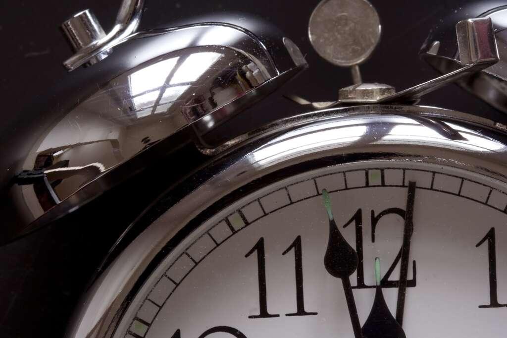 Le réveil sonne en moyenne 17 minutes trop tôt pour les femmes et 7 minutes trop tôt pour les hommes. Les symptômes liés à une éventuelle insomnie chronique touchent près d'un sixième des 15-85 ans. © Pista23, StockFreeImages.com