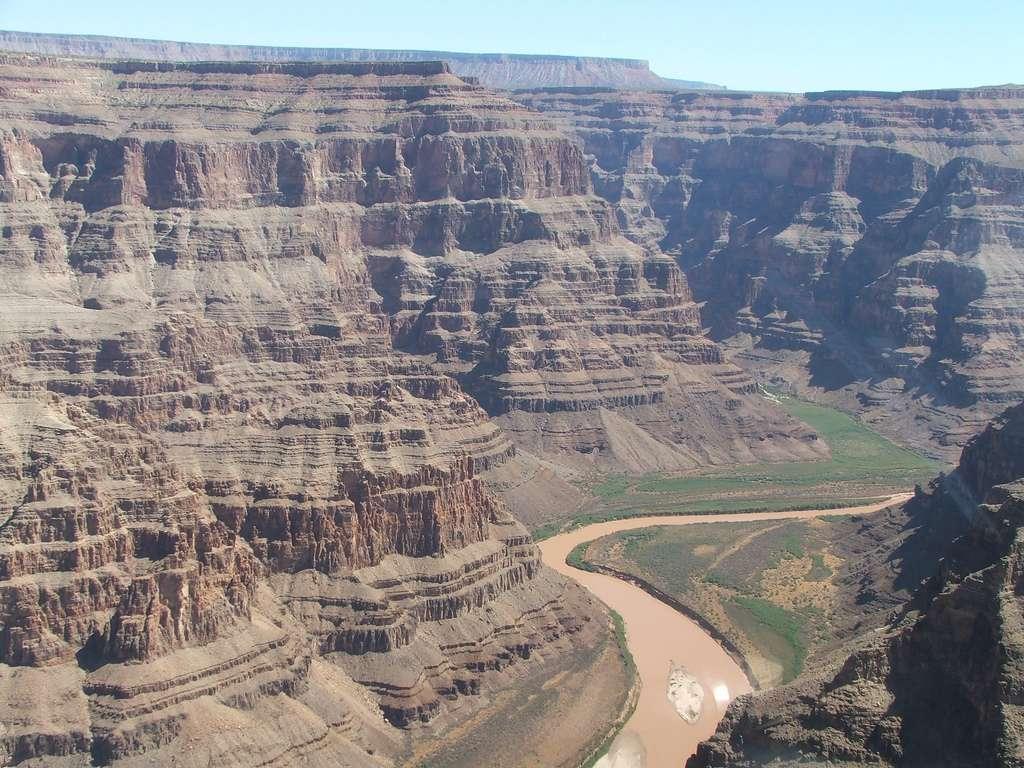 Le Grand Canyon s'étend sur 450 km de long et possède une profondeur moyenne de 1.300 mètres. Les strates visibles permettent littéralement de lire l'histoire géologique du continent nord-américain. © stewartmorris, Flickr, CC by-nc-nd 2.0
