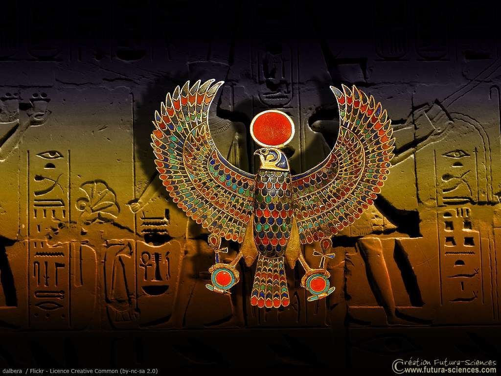 Faucon tenant les signes égyptiens Shen et Ankh