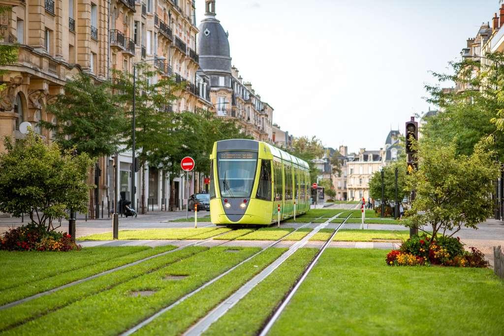Faciliter la mobilité urbaine, créer des coulées vertes, comme ici, à Reims, au cœur de l'espace urbain. © rh2010, Adobe Stock